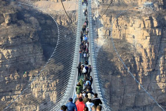Puente de cristal en Hongyagu (China), una de las atracciones turísticas más populares del país.