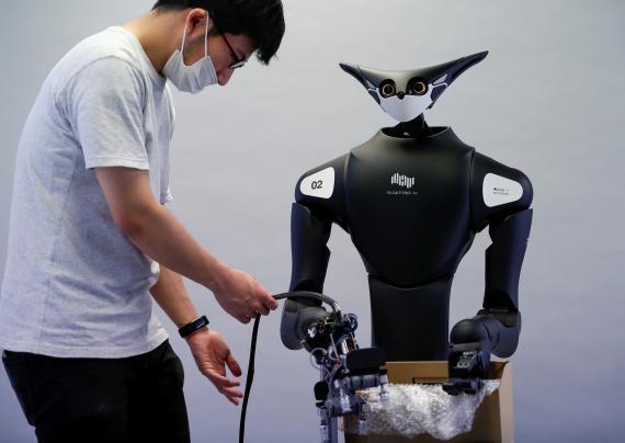 Un empleado de Telexistence revisa el robot de la compañía, desarrollado para trabajar en una tienda de conveniencia.