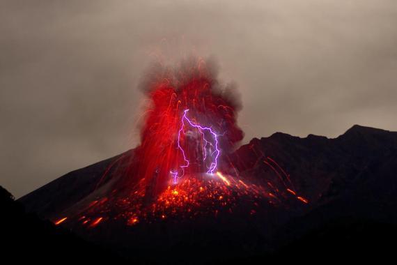 Tormenta con rayos en un volcán