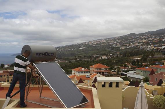 Un trabajador instala paneles solares en Santa Cruz de Tenerife