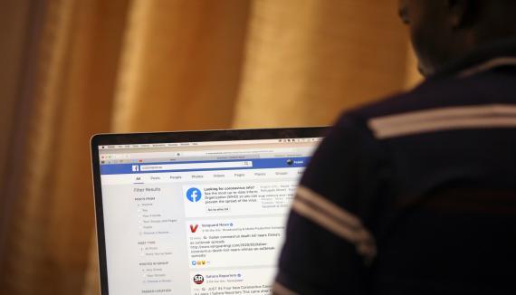 Un usuario de Facebook consulta la red social en su portátil