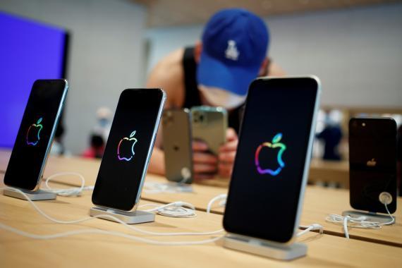 Varios iPhone en una tienda de Apple