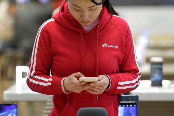 Una vendedora de Huawei en una de sus tiendas de Pekín.
