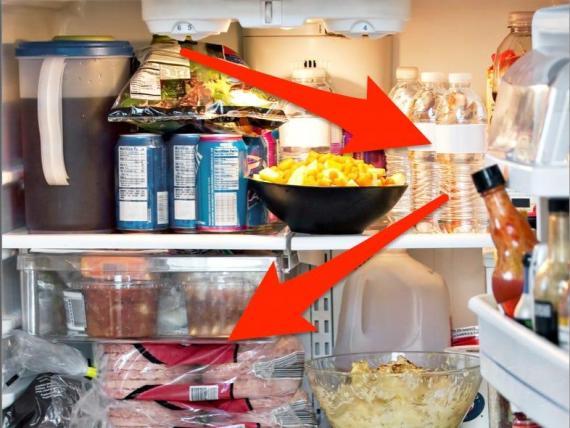 Ten cuidado al comer alimentos perecederos durante un apagón.