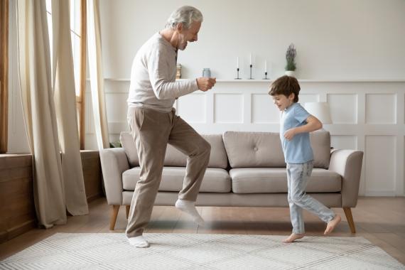 Un abuelo se divierte con su nieto.