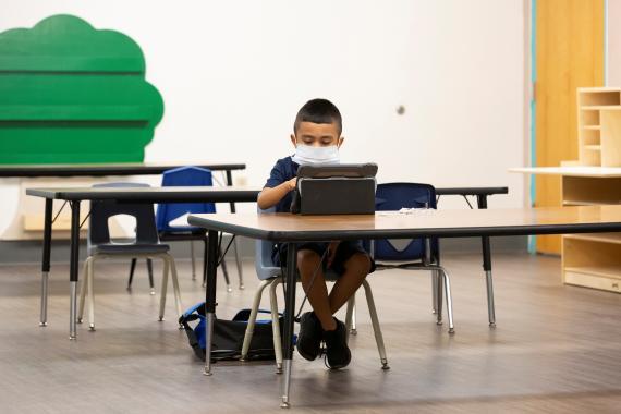 Un alumno vuelve a clase en medio de la pandemia de coronavirus en Arizona