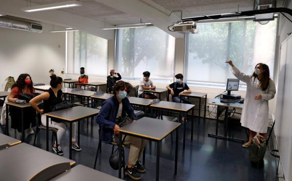 Estudiantes de secundaria en clase durante el brote de coronavirus (COVID-19), en Lisboa, Portugal, el 18 de mayo de 2020.