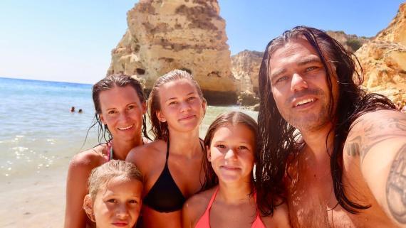 La Bitcoin Family en una playa de la costa de Alicante.