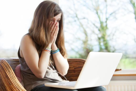 Chica preocupada mirando el ordenador