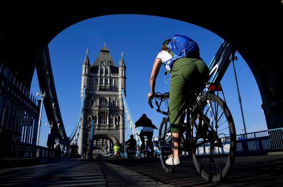 Un ciclista pasa sobre el Puente de la Torre de Londres durante la pandemia del coronavirus.