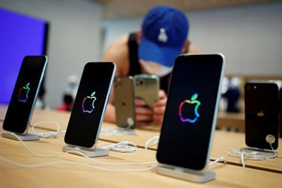 Un comprador fotografiando el nuevo modelo de iPhone