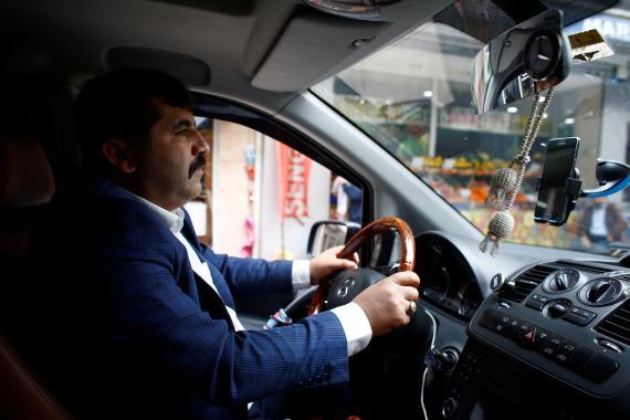 Un conductor en Estambul, Turquía.