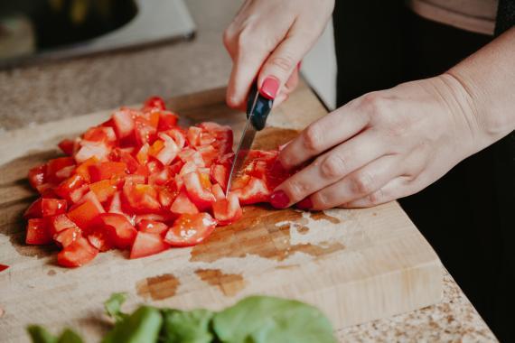 Cortar tomate.
