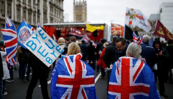 Dos mujeres con banderas británicas festejan la salida de Reino Unido de la UE