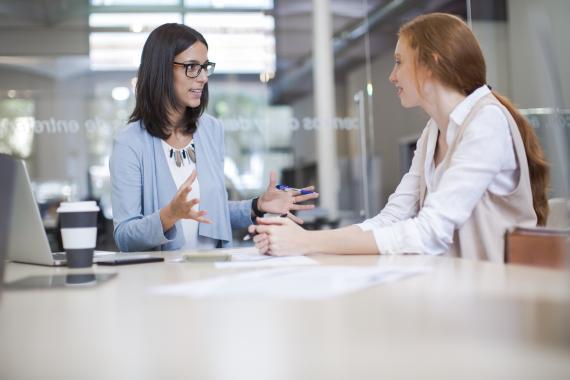 Dos mujeres en una oficina de negocios