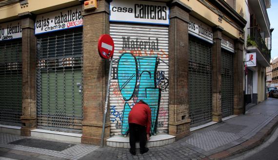 El dueño de una tienda de materiales artísticos de Sevilla echa el cierre