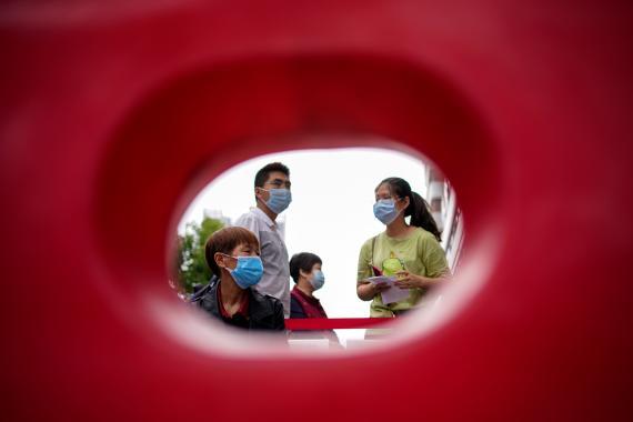 Una familia lleva mascarilla en Wuhan (Hubei).
