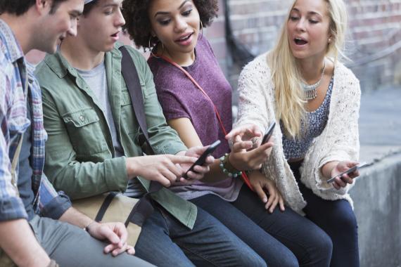Grupo de jóvenes mirando el móvil