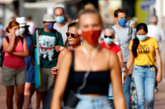 Un grupo de personas camina por la calle en medio de la pandemia del coronavirus