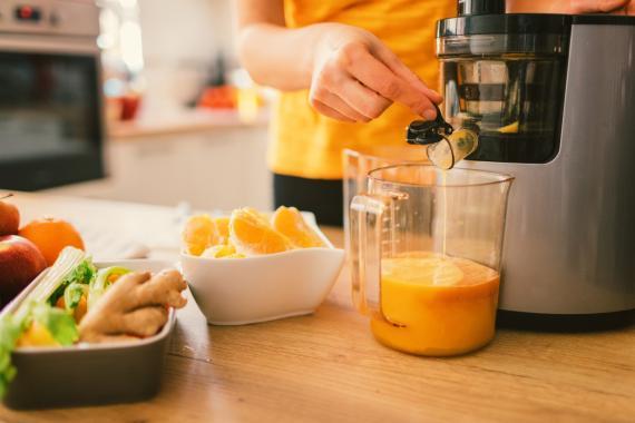 Hacer zumo de naranja.