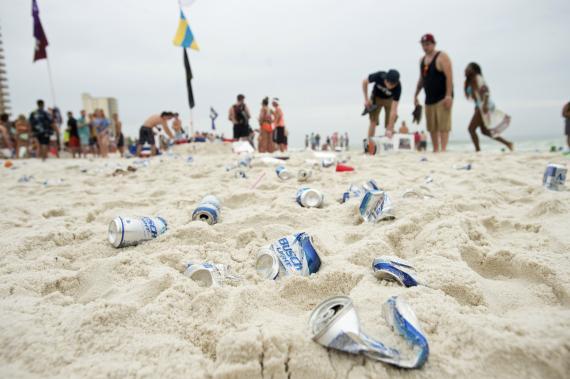 Latas de cerveza tiradas en la playa