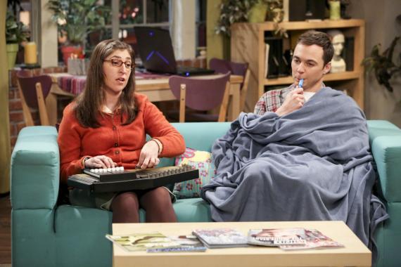 Mayim Bialik, como Amy Farrah Fowler, y Jim Parsons, como Sheldon Cooper, en The Big Bang Theory.