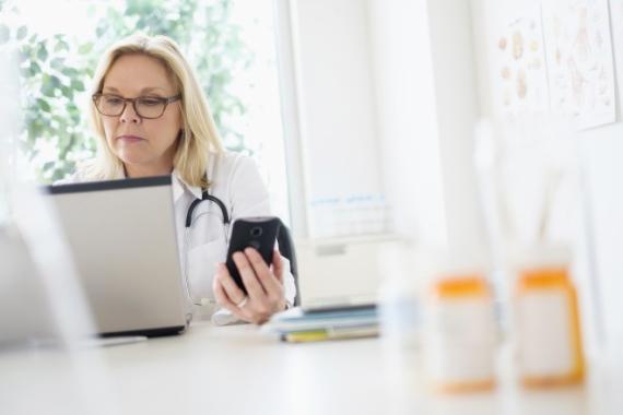 Médico consultando ordenador