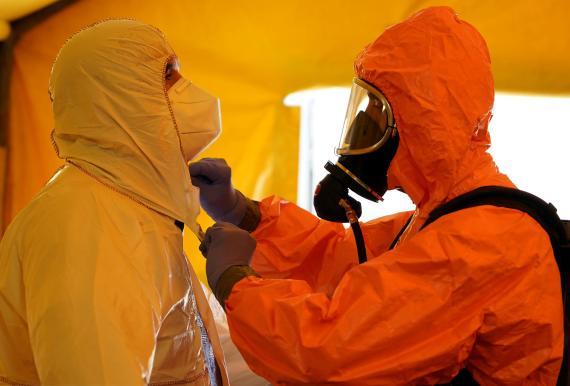 Miembros del SAMUR se visten con trajes de protección durante la pandemia del coronavirus