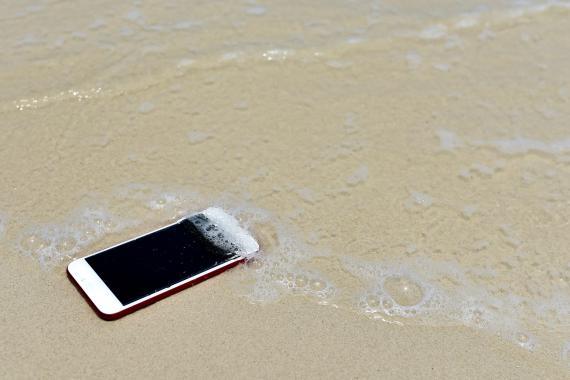móvil en la playa