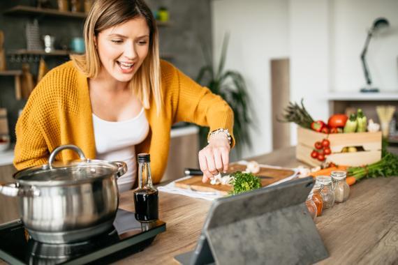 Mujer cocinando con receta