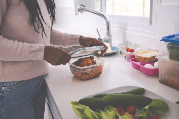 Mujer guardando comida en táper