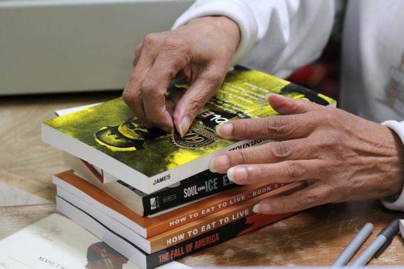 Mujer mayor comprando libros