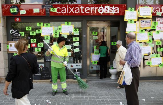 Persona limipando la calle