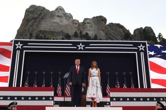 El presidente Trump y la primera dama Melania Trump asisten a los actos del Día de la Independencia en el Monte Rushmore.
