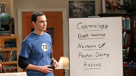 Sheldon Cooper piensa en alternativas a su especialidad, la teoría de cuerdas, en una escena de la serie 'The Big Bang Theory'.