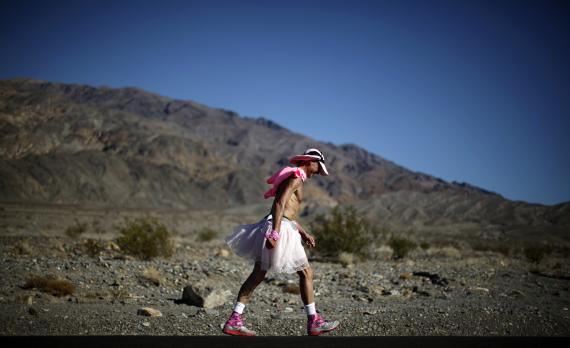 Un hombre compitiendo en una popular carrera del Valle de la Muerte, conocida por sus temperaturas extremas.