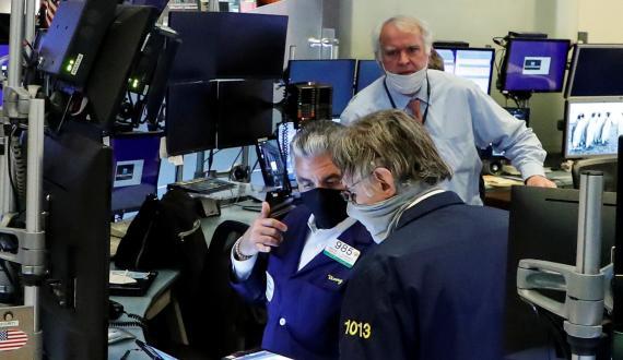 Traders con mascarilla en Wall Street