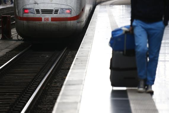 Un pasajero camina por un andén en la estación de trenes de Frankfurt, Alemania.