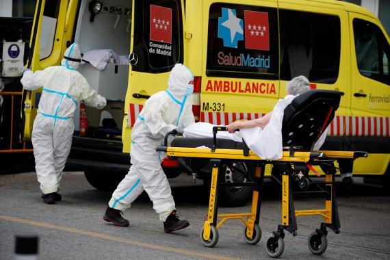 Unidad de urgencia llegando al hospital 12 de Octubre en Madrid, en medio del brote de COVID-19.