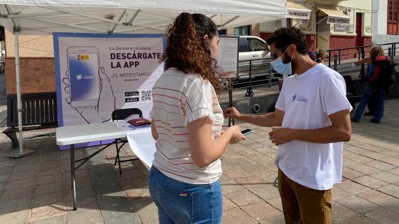 Voluntarios en La Gomera explican qué es RadarCOVID.