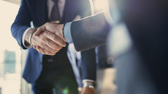 Acuerdo con un apretón de manos entre ejecutivos