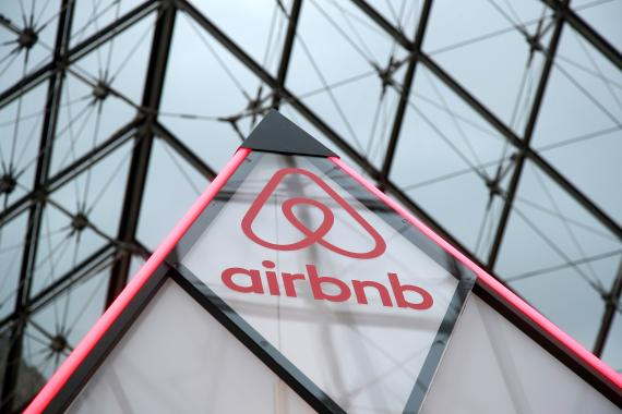 Airbnb logo en el Louvre.