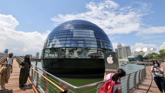 Una fotografía de la recién estrenada Apple Store flotante de Singapur.