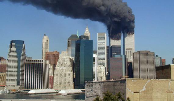 Atentados terroristas suicidas del 11 de septiembre de 2001 perpetrados por la red yihadista Al Qaeda que, mediante el secuestro de aviones comerciales para ser impactados contra las Torres Gemelas y que causaron la muerte de 2.996 personas.