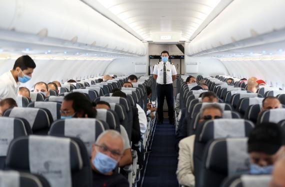 Pasajeros en un avión lleno en el Aeropuerto Internacional del Cairo, Egipto.
