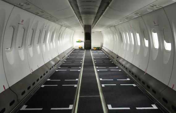 Un avión de pasajeros de Ethiopian Airlines con los asientos retirados para poder llevar más carga.