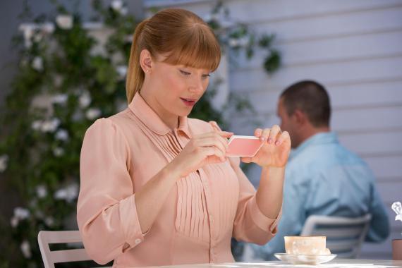 Bryce Dallas Howard como Lacie Pound en 'Caída en Picado' de 'Black Mirror'.