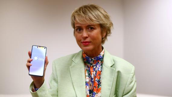 Carme Artigas, secretaria de Estado de Digitalización e Inteligencia Artificial, sujeta un teléfono con RadarCOVID.