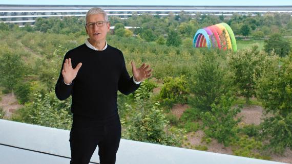 El CEO de Apple, Tim Cook, en una intervención por videoconferencia desde la sede de Apple en Cupertino (California).