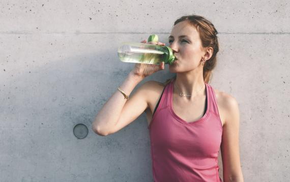 Chica haciendo deporte y tomando un té